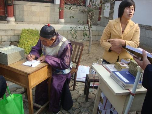 Писател дава автограф