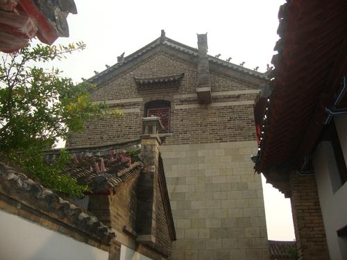 Комини, залепени за фасадата