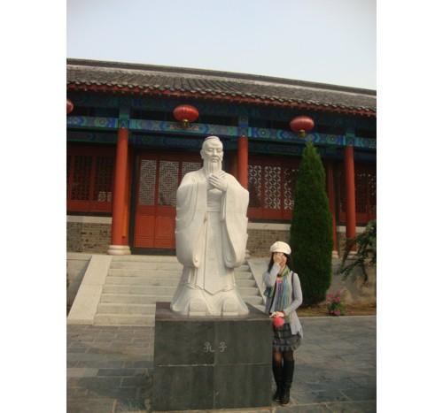 Надписът на паметника гласи: Конфуций