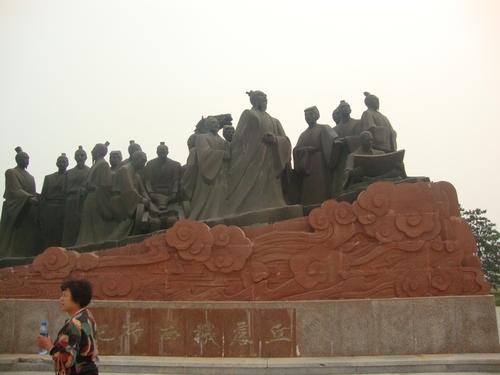 Паметникът на Циу Чудзи и учениците му