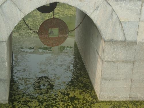 Тази старинна монета е скрита под мостчето