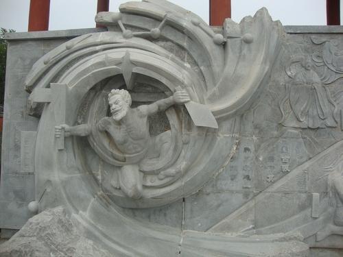 Каменен барелеф под колоните