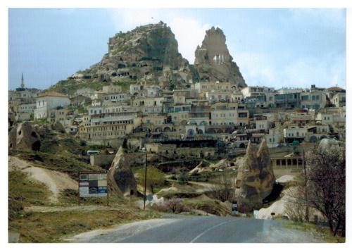 Град Учхисар със скалните пещери