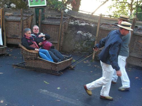 Туристи изпробват местния начин за транспорт с плетени кошници