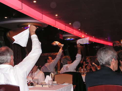 Пасажерите поздравяват екипажа и персонала на кораба