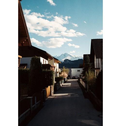 Село близо до Залцбург и Алпите отзад.