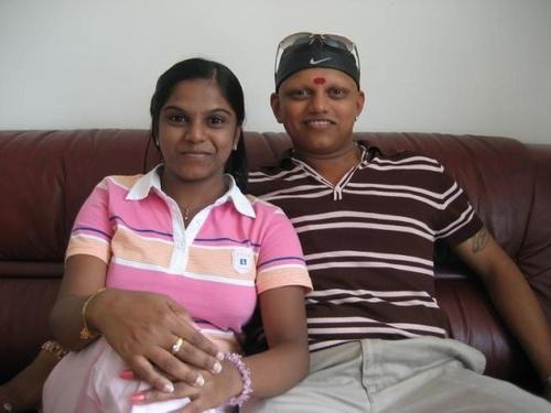 учителката индийка със съпруга си