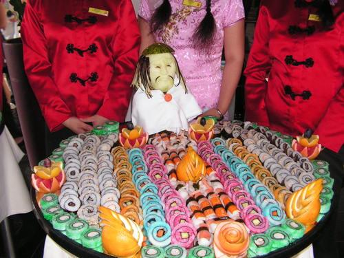Суши, поднесено по атрактивен начин