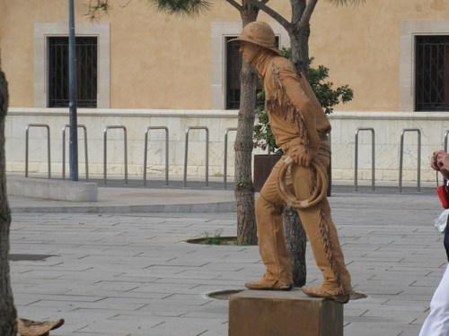 Каубой с две шапки – на главата и на земята