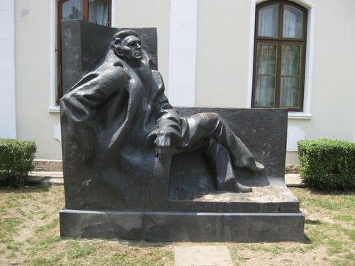 Пред къщата на Емилиян Станев