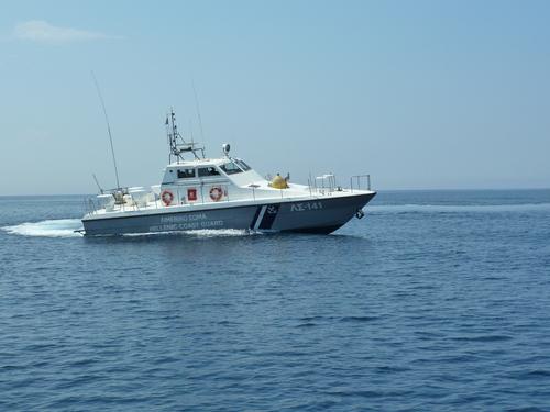 Бреговата охрана хока капитана, че излиза извън териториалните води
