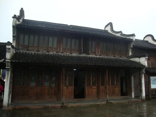 Стара къща с магазини на първия етаж.