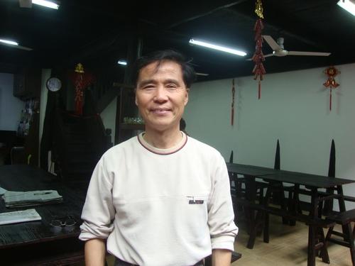 Човекът предоставя безплатни услуги - фотокопиране, чай от хризантеми и информация.