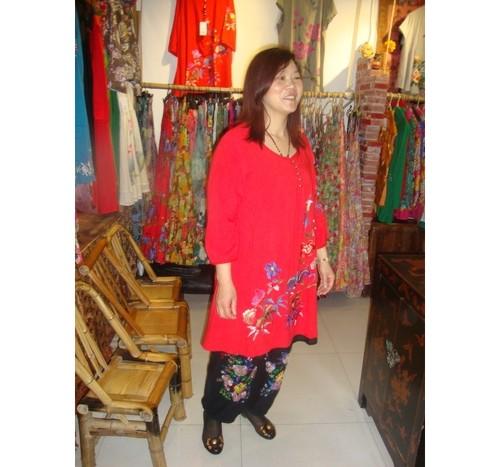 Продавачка на национални носии.