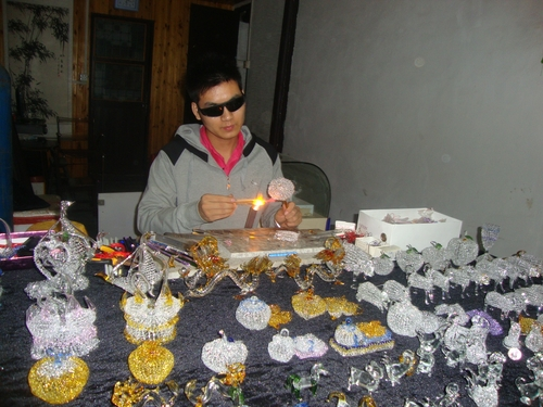 Майстор на стъклени украшения