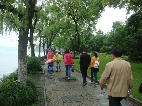 Алея край езерото