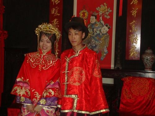 Младоженци позират