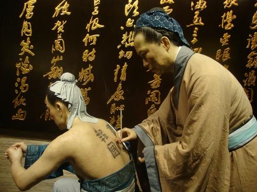 Майката на генерала татуира гърба му