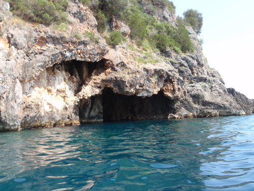 Къмпинг Лихнос, към пещерата