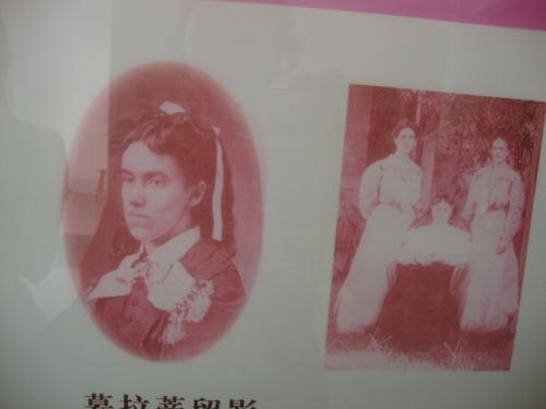 вляво - Лоти Муун