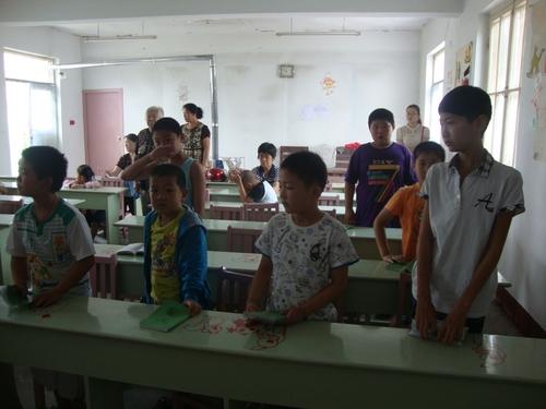 Момчетата седят отделно от момичетата по китайския обичай