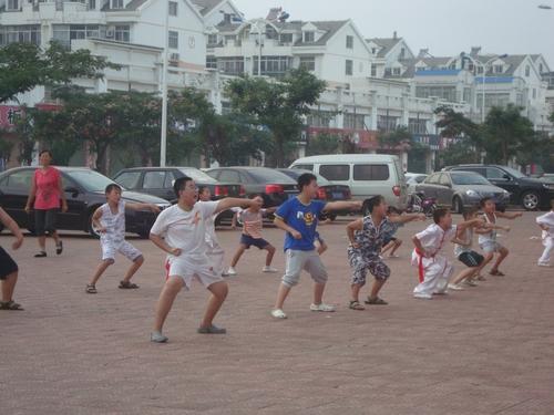 Деца тренират кунг фу на улицата