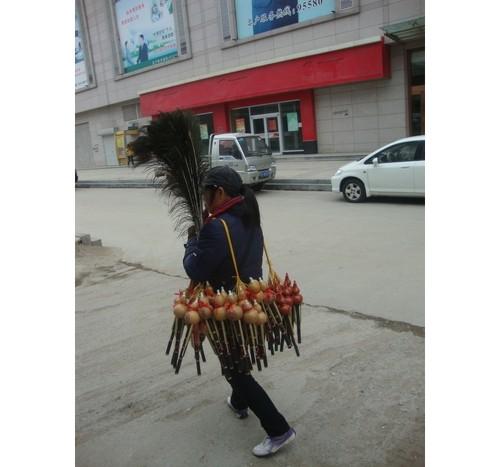 Момиче продава народни инструменти