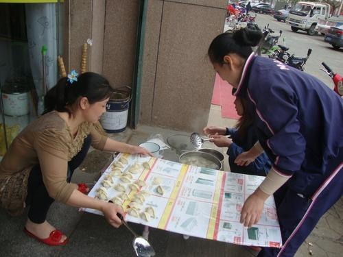 Продавачки си варят пелмени за обяд