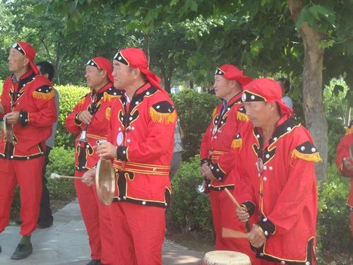 Музикантите напрегнато следят драконите