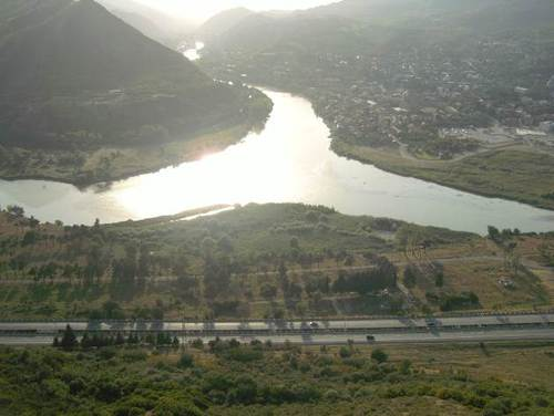 Градът е разположен при вливането на река Арагви в река Кура