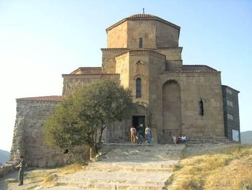 Черквата Джвари от 6-ти век, разположена високо на хълм над града