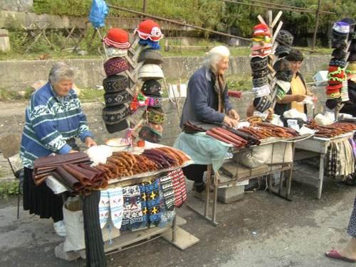 Грузинки продават край пътя различни кавказки деликатеси от сушено и пушено месо, както и типични Грузински сувенири
