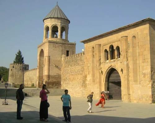 Манастирския комплекс с патриаршеския храм Светицховели от 4-ти век, разширен през 11-ти век и оформен в сегашния му вид през 15-ти век. В продължение на едно хилядолетие той е главният храм на Грузия