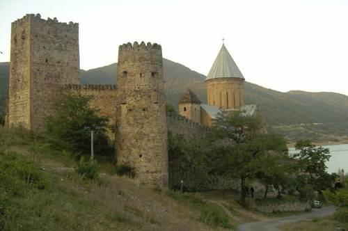 Крепостта с църквата Успение в Ананури  Изградена е през 17-ти век