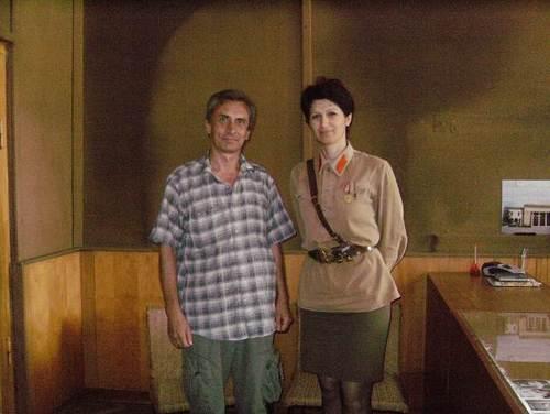 С грузинка в униформа на герой от войната
