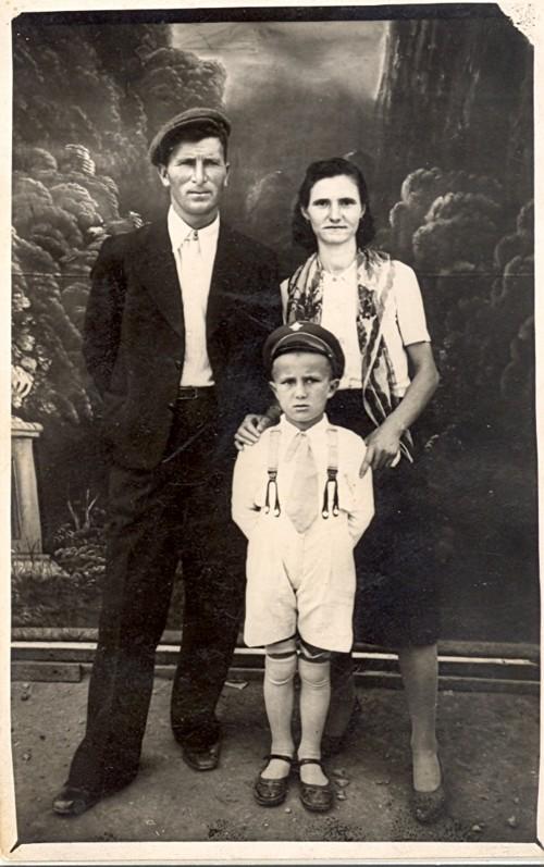 Баба Димка, дядо Наньо и баща ми –Станил през 1943 г.