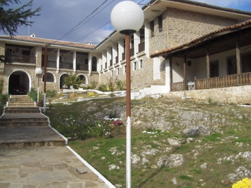 Новата и стара манастирска част