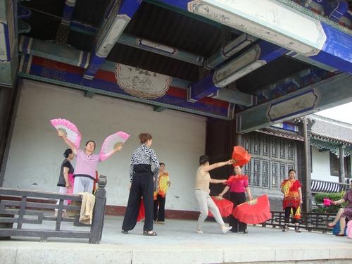Танцуващи жени наблизо до Барабанената кула