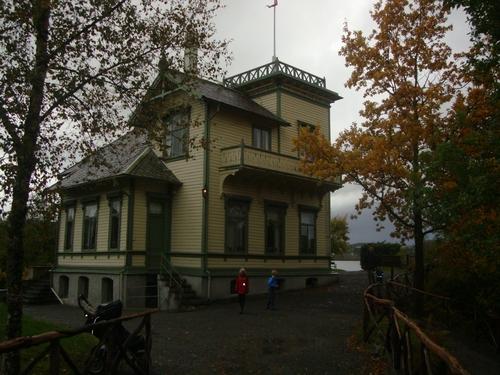 Знамето се вее над покрива