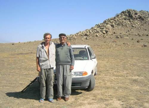 С двама от въоръжените кюрди. Вижда се подпреният на предното колело автомат Калашников