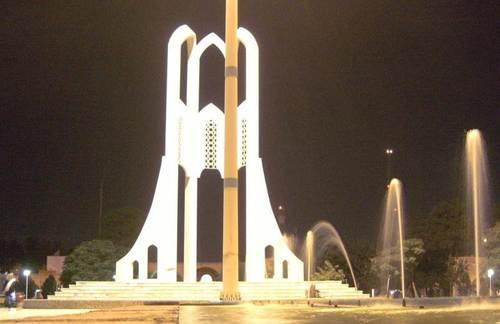 В града има добре оформени площади с паметници и шадравани