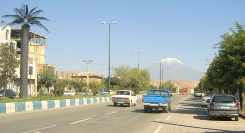 Главната улица на граничното градче Базарган. В далечината се вижда планината Арарат със заснежения си връх.
