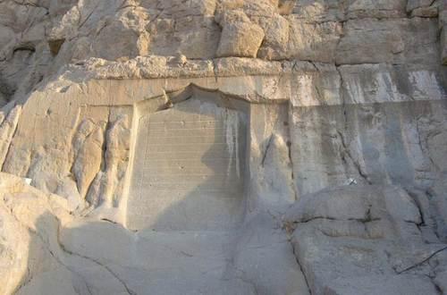 Поразрушените барелефи на Митридат II и на Готарзис II, както и надписа на шейх Али Хан