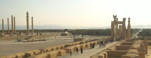Общ изглед:   а) от ляво е двореца Ападана;   б) от дясно е Портата на народите