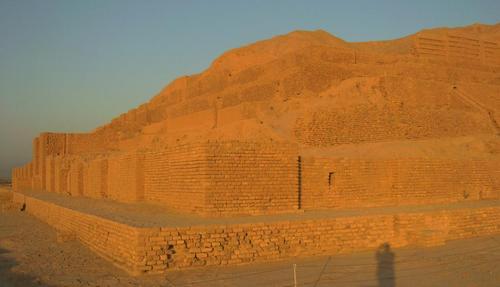Терасовидната пирамида Чока Занбил, на чиято най-горна тераса е бил храмът (Зигурат)