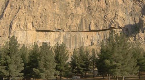 Фархад Тараш представлява изсечена в скалата гладка повърхност с размери 200 метра на 36 метра, върху която е трябвало да бъдат издълбани барелефи и надписи.