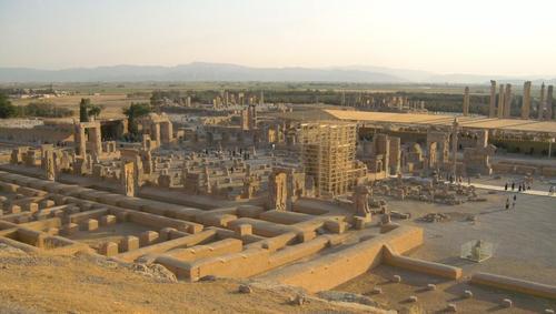 Панорамен поглед към Персеполис. В близък план е Двореца със стоте колони