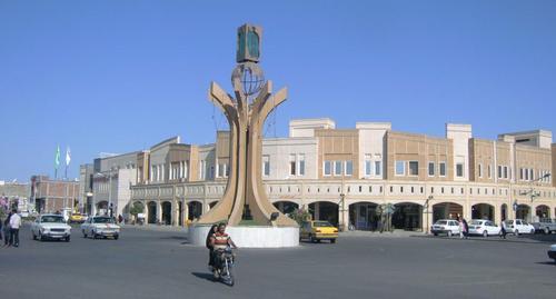 Централният площад Имам Хомейни е изграден наново след земетресението от 2003 година