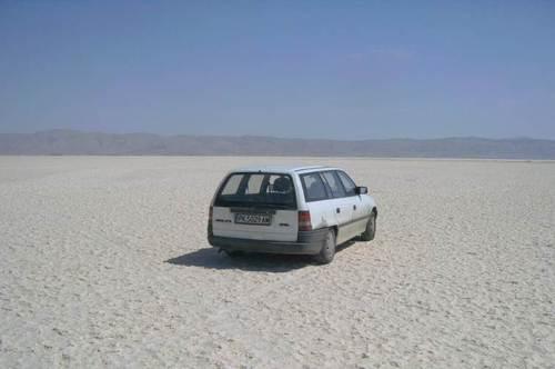 Пресъхналите солени езера са покрити с големи кристали бяла сол