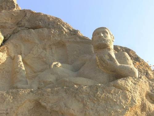 Статуята на победилия в битка и почиващ си античен герой Херакъл (Херкулес)
